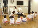 (1歳児対象クラス)歌やゲームなどの体験学習を通し、英語のリズム・イントネーションを身につけます。また、音楽に合わせてフォニックスを楽しみながら学びます。