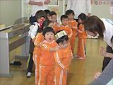 (3〜5歳児対象クラス)耳の発達が一番よい時期に正しい発音を習得し、自然な会話ができるように指導いたします。算数・理科・社会も英語で学習し、さらには中国語も学習します。