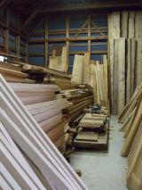 木製建具に欠かせない木材の管理場です。常にいい状態に保つため管理面は特に気をつかってます。