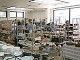 店内売り場では家庭用から業務用まで様々な食器を取り揃えています。