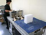 細かく加工したドライアイスを個別包装する機械です。ビニールフィルムやクラフト紙等で、たくさんのドライアイスを短時間で包装します。